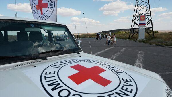 Автомобиль Красного Креста, который сопровождает колонну автомобилей КамАЗ с гуманитарной помощью для жителей юго-востока Украины. Архивное фото