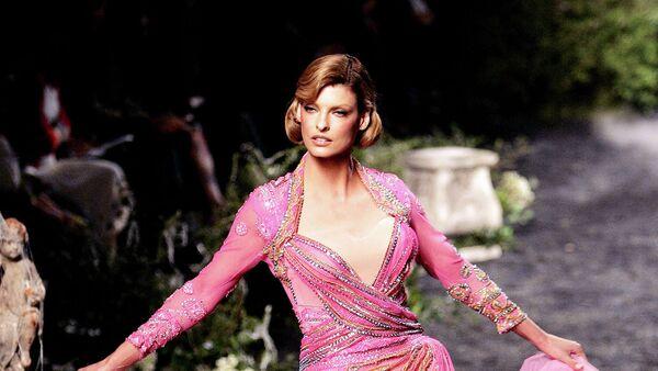 Канадская топ-модель итальянского происхождения Линда Евангелиста во время показа Christian Dior. Париж, 2005 год