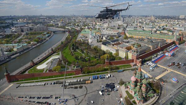 Вертолет Ми-8 во время репетиции воздушной части военного парада в Москве. Архивное фото.