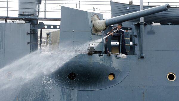 Плановая уборка крейсера Аврора в Санкт-Петербурге