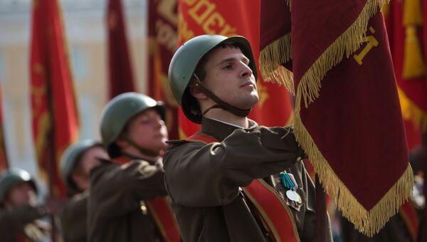 Военнослужащие знаменной группы во время генеральной репетиции военного парада