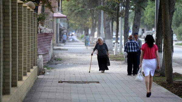 Местные жители на одной из улиц города Цхинвал. Архивное фото