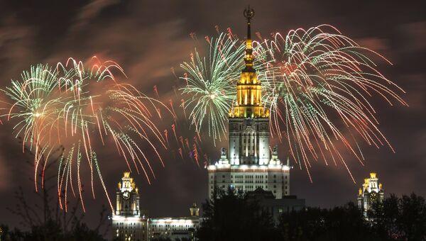 Праздничный салют в Москве в честь 70-летия Победы в Великой Отечественной войне 1941-1945 годов. Архивное фото