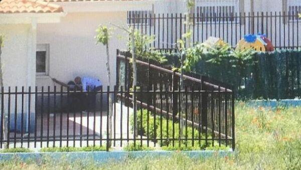 Полиция возле детского сада в Кольменар-дель-Арройо, где мужчина захватил ребенка