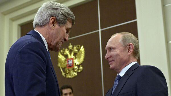 Президент России Владимир Путин и государственный секретарь США Джон Керри во время встречи в резиденции Бочаров ручей в Сочи. Архивное фото