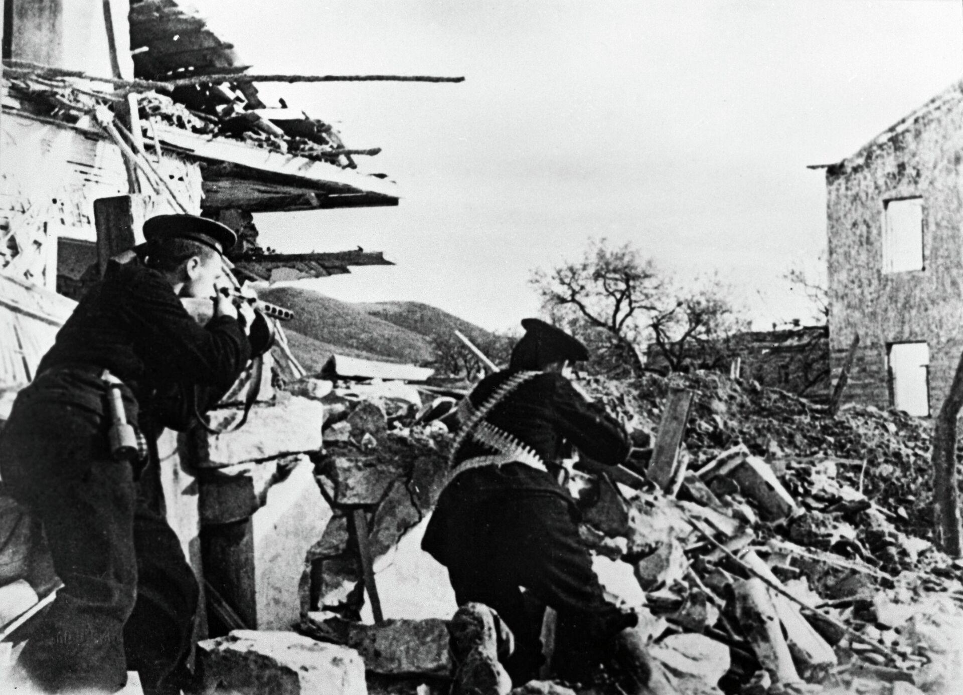 Бойцы морской пехоты сражаются на улицах г. Севастополь - РИА Новости, 1920, 26.11.2020