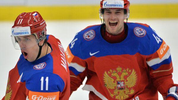Игроки сборной России Евгений Малкин (слева) и Егор Яковлев радуются победе в матче 1/4 финала чемпионата мира по хоккею 2015 между сборными командами Швеции и России