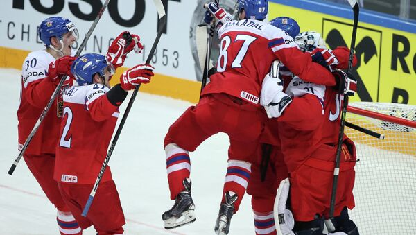Игроки Чехии радуются победе в матче 1/4 финала чемпионата мира по хоккею 2015 между сборными командами Финляндии и Чехии