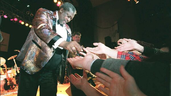 Блюз музыкант Би Би Кинг приветствует своих поклонников во время концерта во Дворце молодежи в Москве