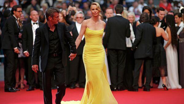 Американская модель и киноактриса южноафриканского происхождения Шарлиз Терон и американский актер и кинорежиссер Шон Пенн . 68-й Каннский кинофестиваль, май 2015