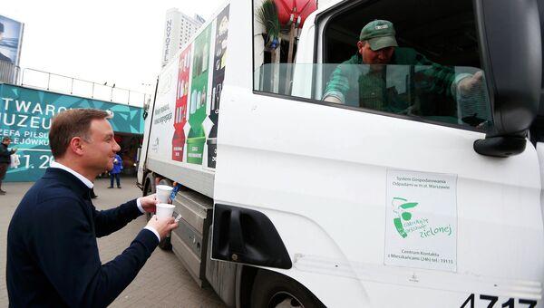 Лидирующий на президентских выборах в Польше Анджей Дуда угощает граждан кофе