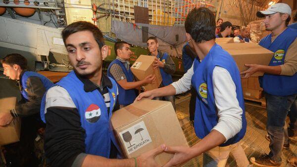 Разгрузка коробок с гуманитарной помощью для народа Сирии