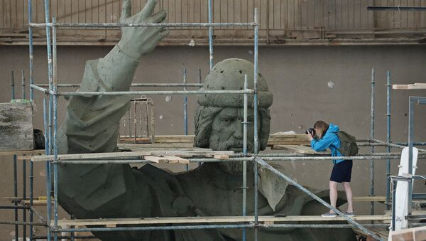 Фотографы снимают модель памятника Великому князю Владимиру. Архивное фото