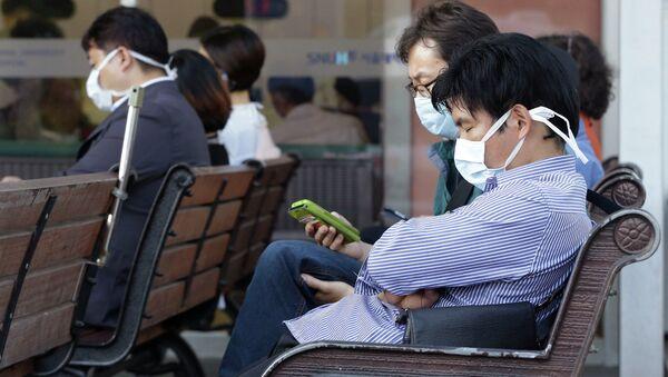 Южнокорейцы в масках в центре неотложной помощи для зараженных вирусом MERS