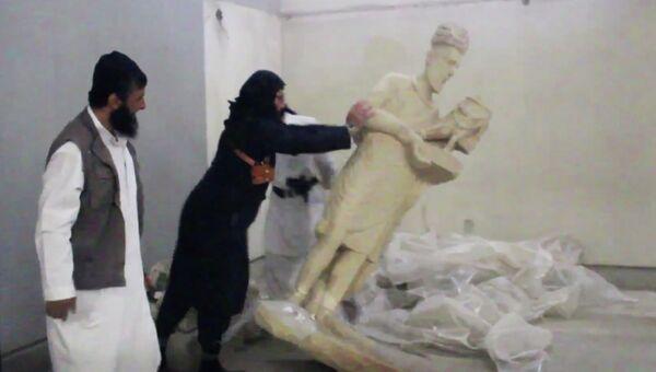 Боевики Исламского Государства рушат статуи в музее Ниневия в Мосуле, Ирак. Архивное фото