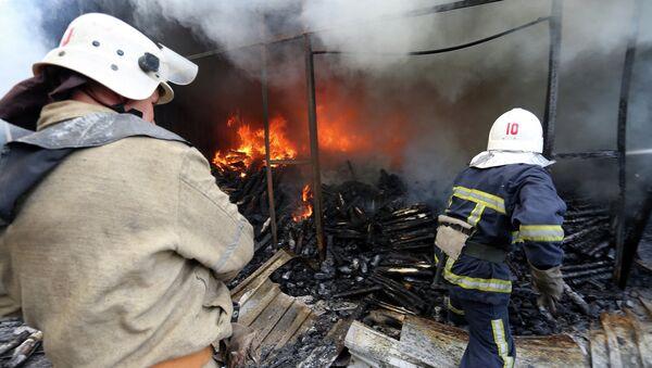 Пожарные тушат возгорание возникшее в результате обстрела Донецка. Архивное фото