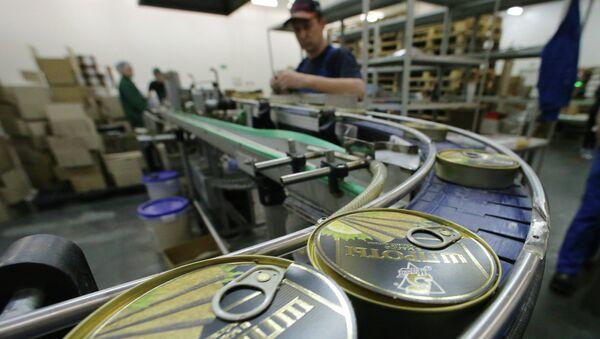 Производство консервов из шпрот в Калининградской области. Архивное фото