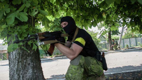 Член украинского батальона Киев-1 во время боя под Марьинкой. Архивное фото
