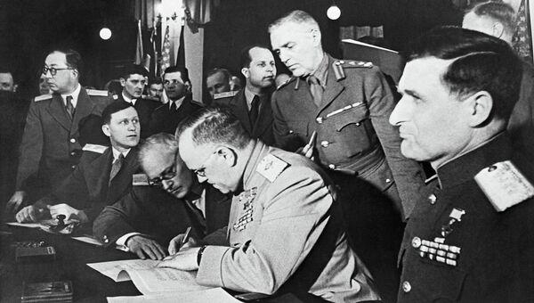Главнокомандующий советскими оккупационными войсками в Германии, Маршал Советского Союза Георгий Жуков подписывает Декларацию о поражении фашисткой Германии. 5 июня 1945. Архивное фото