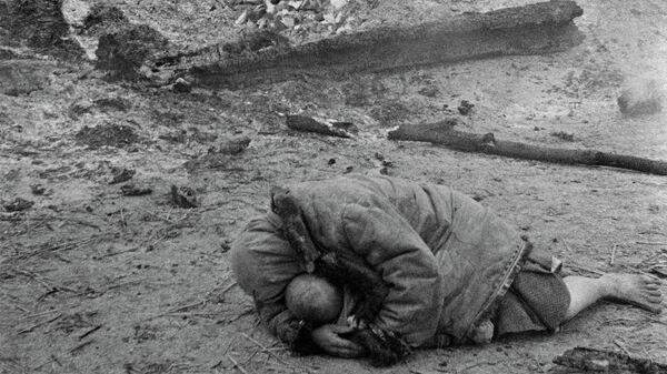 Мать укрывает своего ребенка во время обстрела. Деревня Красная слобода, Брянский фронт 1941 год