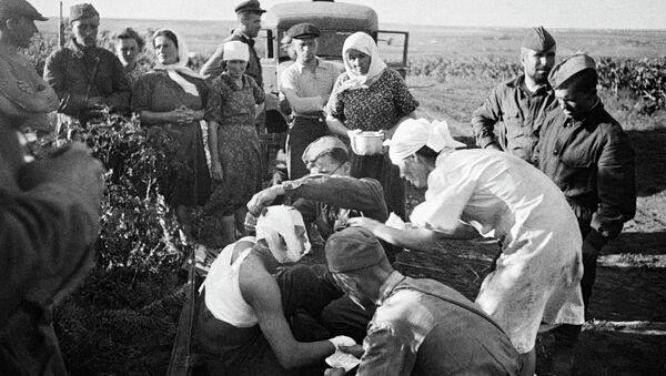 Великая Отечественная война 1941-1945гг. 22 июня 1941г. Медсестры оказывают помощь первым раненым после воздушного налета фашистов под Кишиневом. Архивное фото