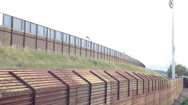Стена на границе Мексики и США в районе Сан-Исидро