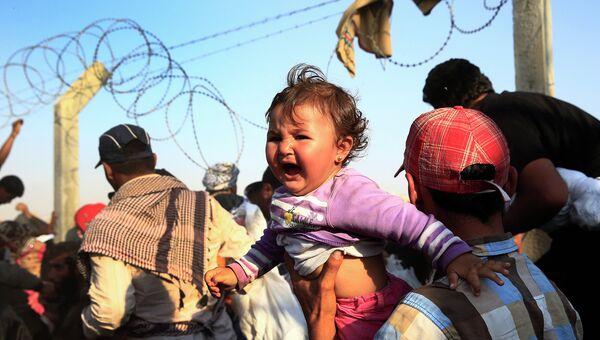 Тысячи сирийцев бегут из страны, разрушив пограничный забор. Архивное фото