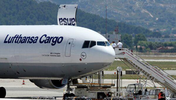 Самолет с останками жертв катастрофы Germanwings в аэропорту Марселя