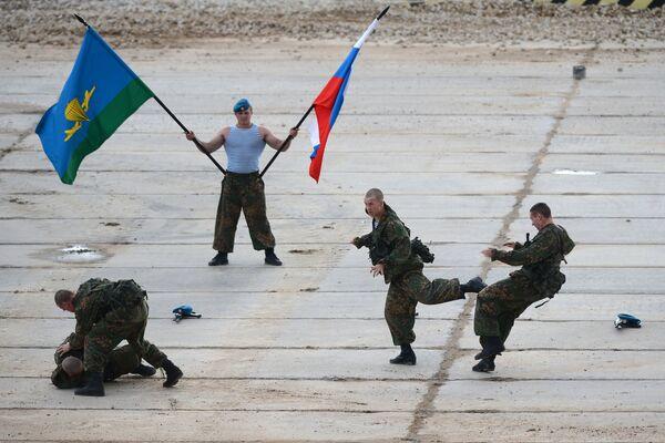 Военнослужащие во время демонстрационной программы Международного военно-технического форума Армия-2015
