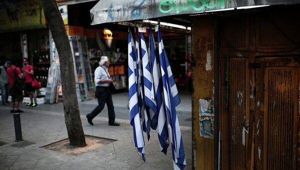 Греческие флаги на киоске в Афинах. Архивное фото