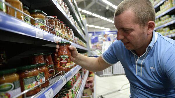 Овощные консервы фирмы Верес производства Украины в одном из супермаркетов Москвы