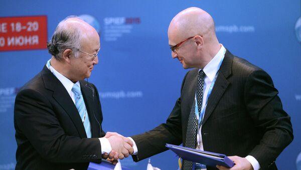 Юкия Амано и Сергей Кириенко во время панельной сессии Развитие атомной энергетики в условиях меняющегося глобального рынка