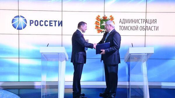 Генеральный директор ОАО Россети Олег Бударгин и губернатор Томской области Сергей Жвачкин во время подписания соглашения