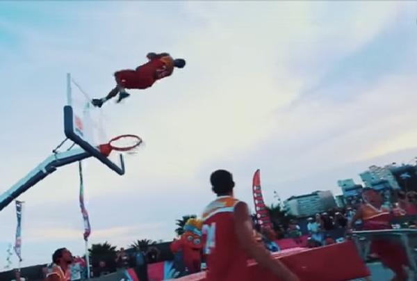Баскетболист-акробат и его трюк