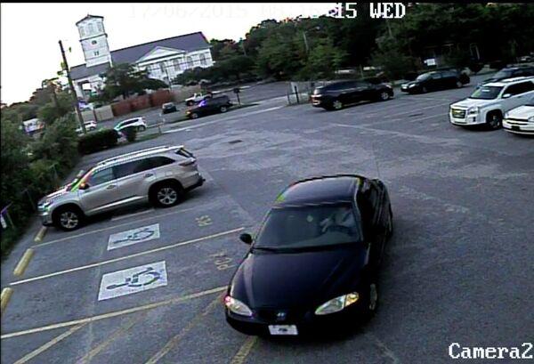 Видео запись с машиной подозреваемого в массовом убийстве в африканской методистской епископальной церкви Эмануэль города Чарлстон, США