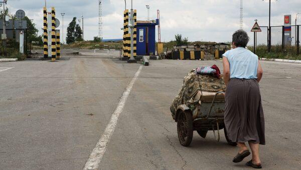Беженка на пограничном пункте пропуска Изварино в Луганской области. Архивное фото