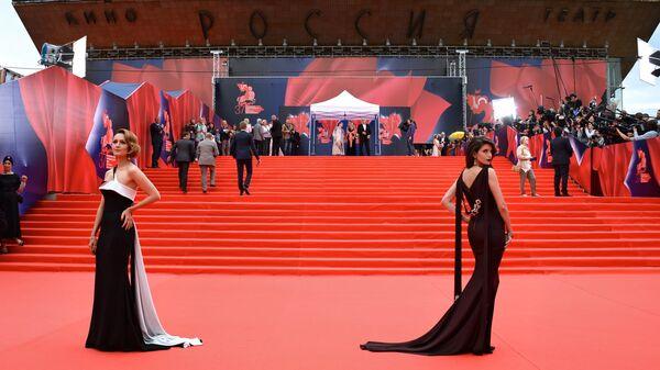 Актрисы Виктория Исакова и Анна Чиповская на церемонии открытия 37-го ММКФ