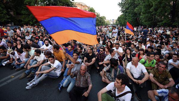 Протестующие в столице Армении против подорожания электроэнергии. Ереван, 22 июня 2015