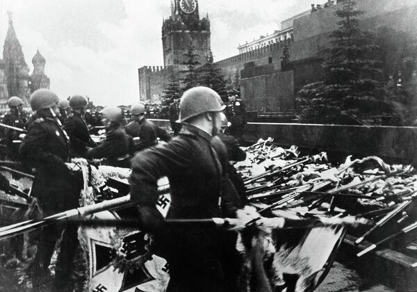 Участники парада Победы бросают к подножию Мавзолея В. И. Ленина немецкие знамена