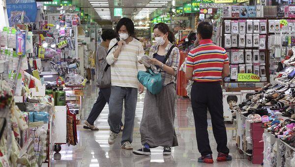 Люди в медицинских масках в Сеуле. Архивное фото.