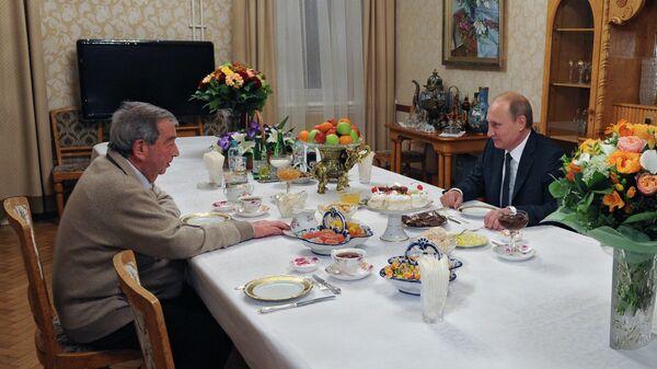 Президент России Владимир Путин поздравляет политика, дипломата, председателя совета директоров ОАО РТИ Евгения Примакова с 85-летием