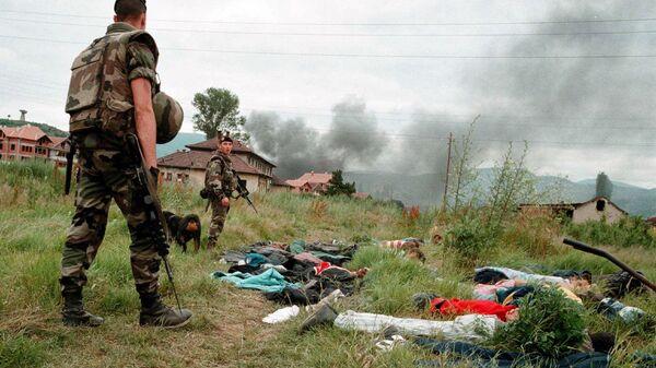 Французские солдаты из контингента НАТО обыскивают албанских мародеров в поисках оружия