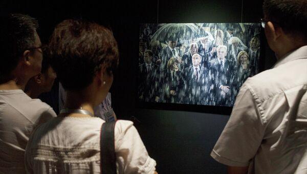 Посетители выставки международного конкурса фотожурналистики China International Press Photo