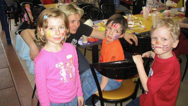 Асе не разрешили остаться в детском саду, хотя девочка даже без слухового аппарата прекрасно общалась с другими детьми и воспитателями