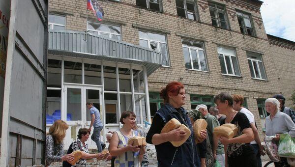 Раздача хлеба  жителям поселка Октябрьский