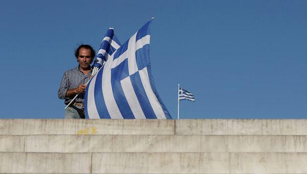 Продавец флагов Греции на площади Синтагма в Афинах, архивное фото