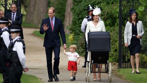 Герцог и герцогиня Кембриджские Уильям и Кэтрин с принцессой Шарлоттой возле церкви Святой Марии Магдалины после крещения