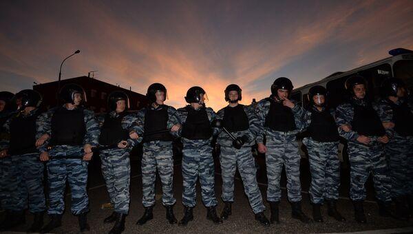 Сотрудники полиции в оцеплении возле торгового центра Бирюза в московском районе Бирюлево