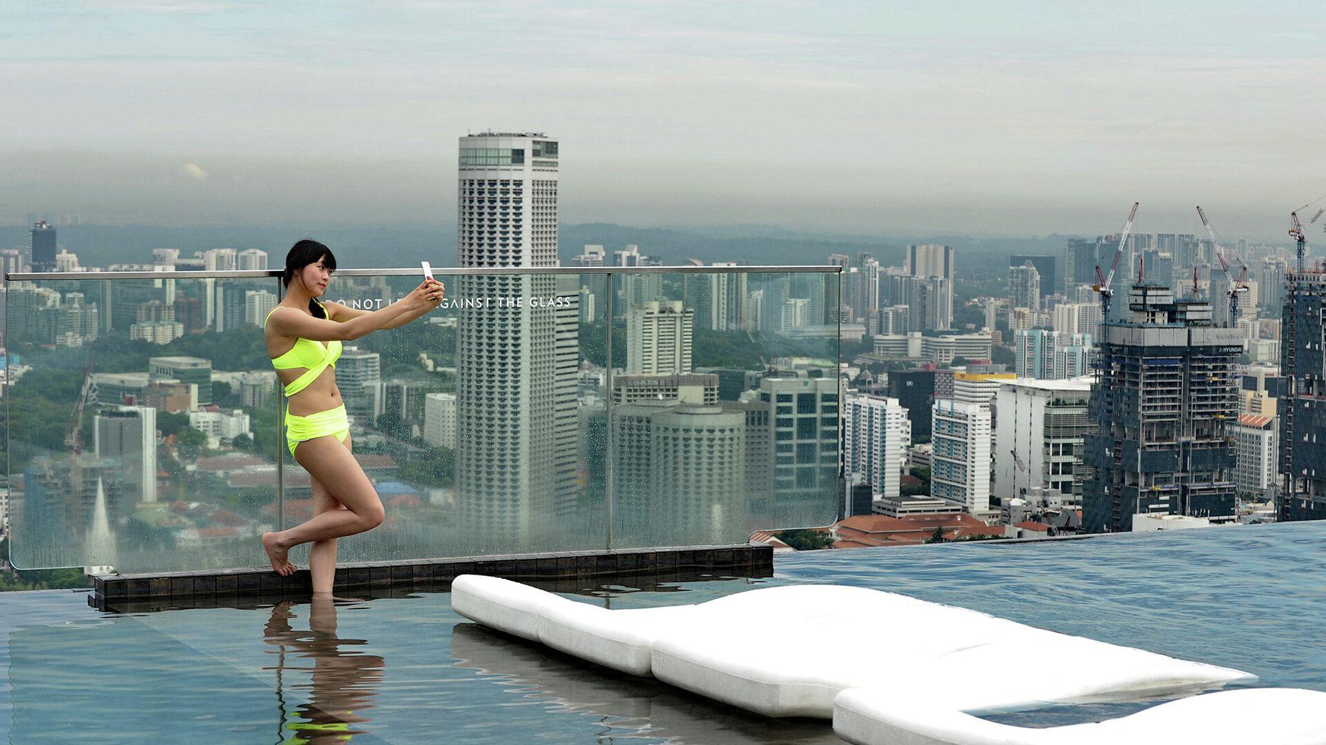 Посетительница бассейна на крыше небоскреба в Сингапуре. 2014 год - РИА Новости, 1920, 05.07.2021