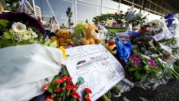 Цветы и игрушки в аэропорту Схипхол в память о погибших при крушении малайзийского самолета Boeing 777